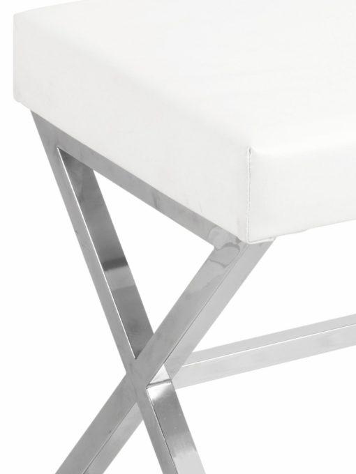 Modernistyczne, białe hokery na metalowych nogach