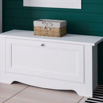 Urocza, biała ławka - idealny schowek