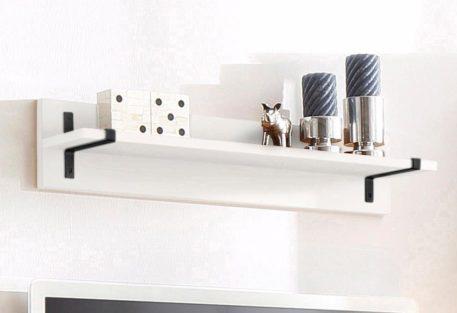 Biała półka ścienna z metalowymi elementami