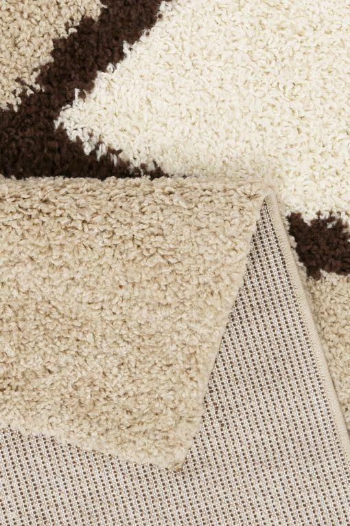 Gęsty, puszysty dywan ze wzorem
