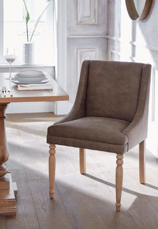 Brązowy fotel z toczonymi nogami
