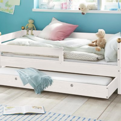 Piękne, sosnowe łóżko dziecięce ze złotymi zdobieniami