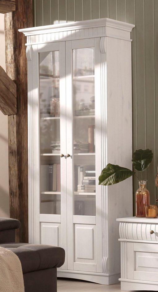 Duża, przeszklona witryna w rustykalnym stylu