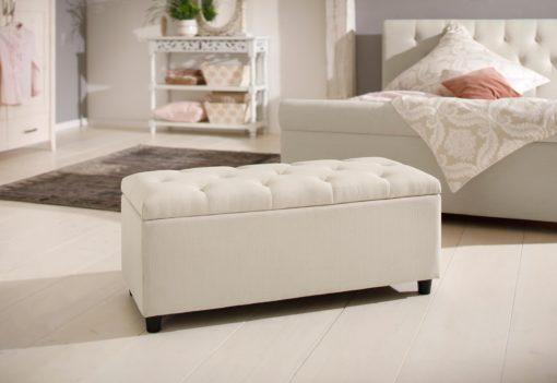 Gustowna ławka obita piękną tkaniną w kolorze kremowym