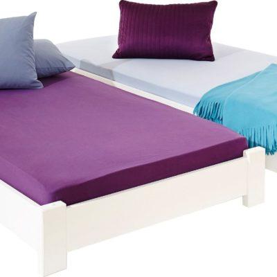 Dwa białe łóżka, które można układać piętrowo