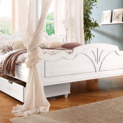 Piękne drewniane łóżko z romantycznymi zdobieniami