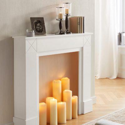 Piękna , biała obudowa kominkowa w stylu skandynawskim