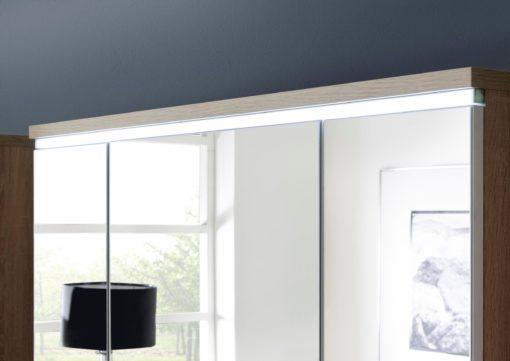 Szafka z lustrem, wyposażona w oświetlenie LED