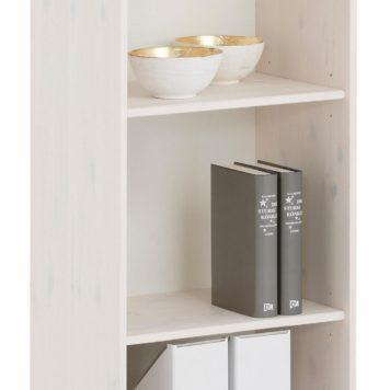 Dekoracyjny drewniany regał na książki z pięknymi frezami