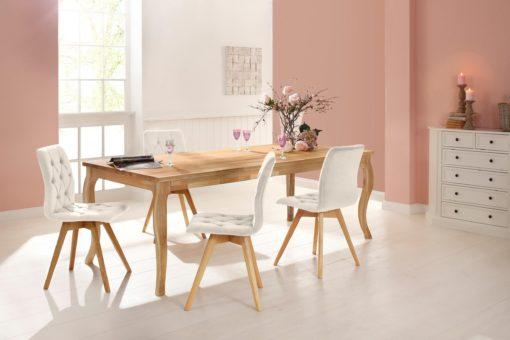 Zestaw dwóch kremowych krzeseł z pięknym tapicerowaniem
