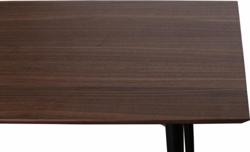 Purystyczny stół w bardzo nowoczesnej formie