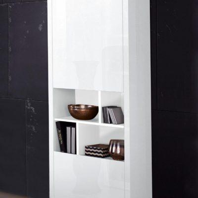 Gablota, szafka biała w nowoczesnym stylu