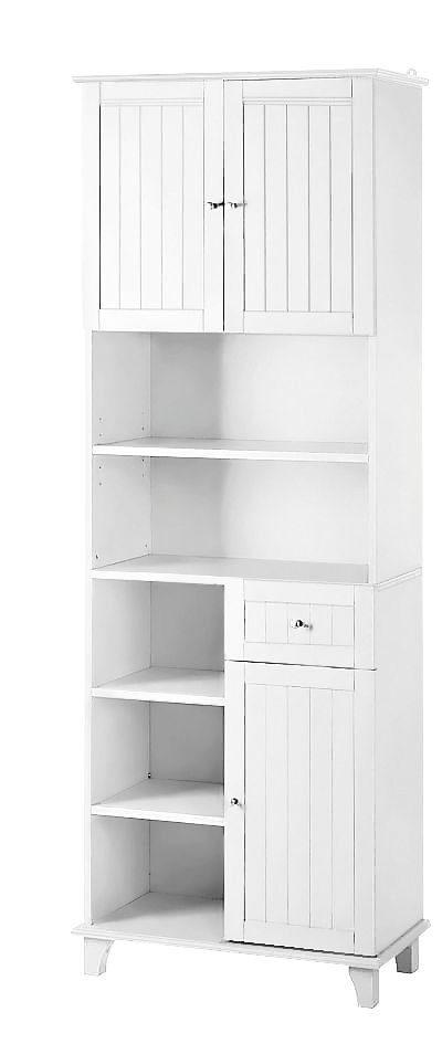 Wysoka, sosnowa szafka z licznymi półkami, biała