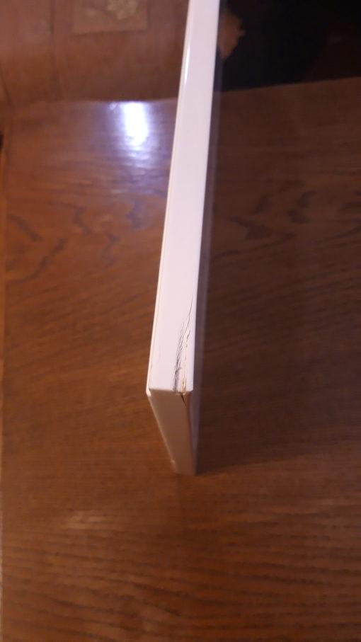 Trzydrzwiowy kredens, biały w połysku, z oświetleniem