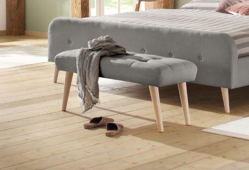 Tapicerowana ławka w prostym, skandynawskim stylu