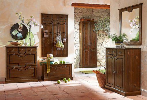 Kolonialna, sosnowa komoda w rustykalnym stylu