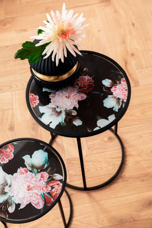 Zestaw stolików z kwiatowym wzorem na blacie
