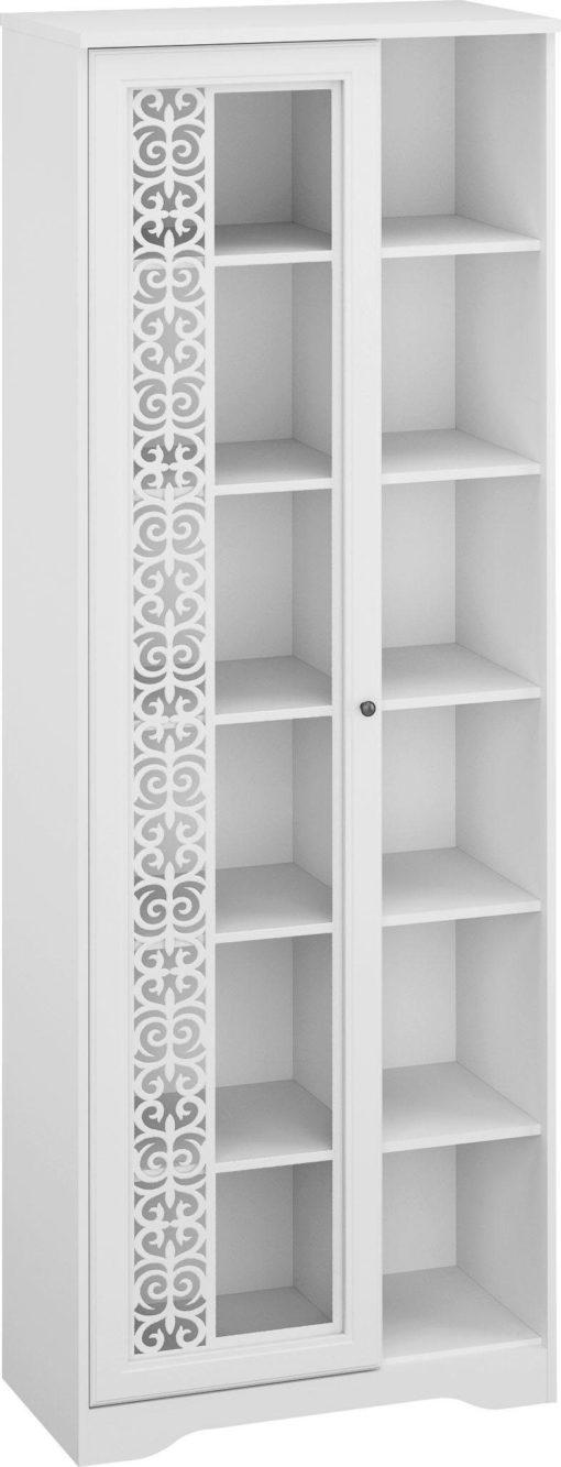 Biała witryna z ornamentem na drzwiach
