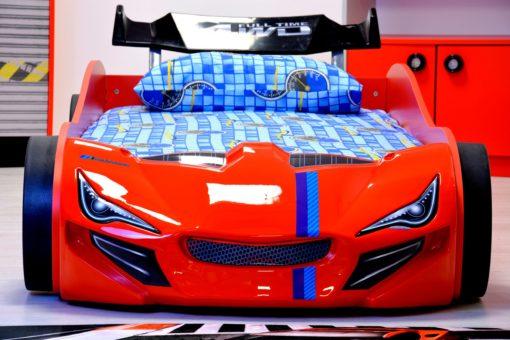 Łóżko dziecięce o wyglądzie samochodu wyścigowego
