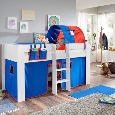 Wysokie łóżko dziecięce z drabinka i tekstylnymi ozdobami