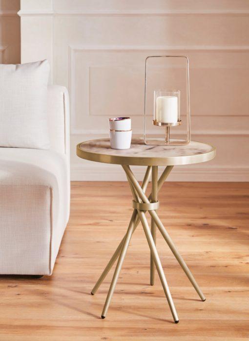 Ciekawy, złoty stolik o nowoczesnym designie