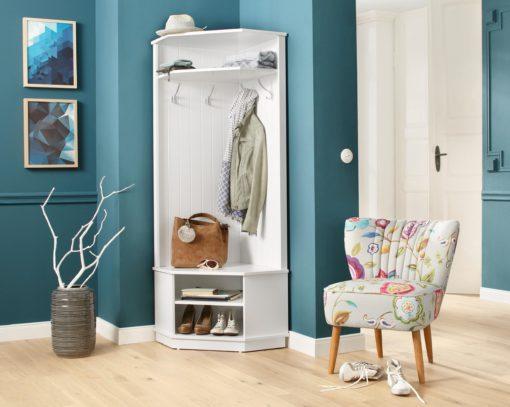 Biała garderoba narożna z haczykami i półkami