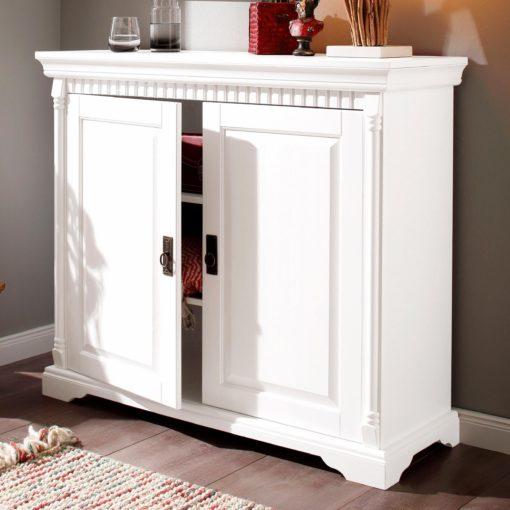 Sosnowa biała komoda ze zdobieniami, styl rustykalny