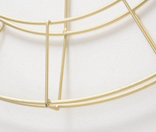 Ozdobny złoty zegar w nowoczesnym stylu