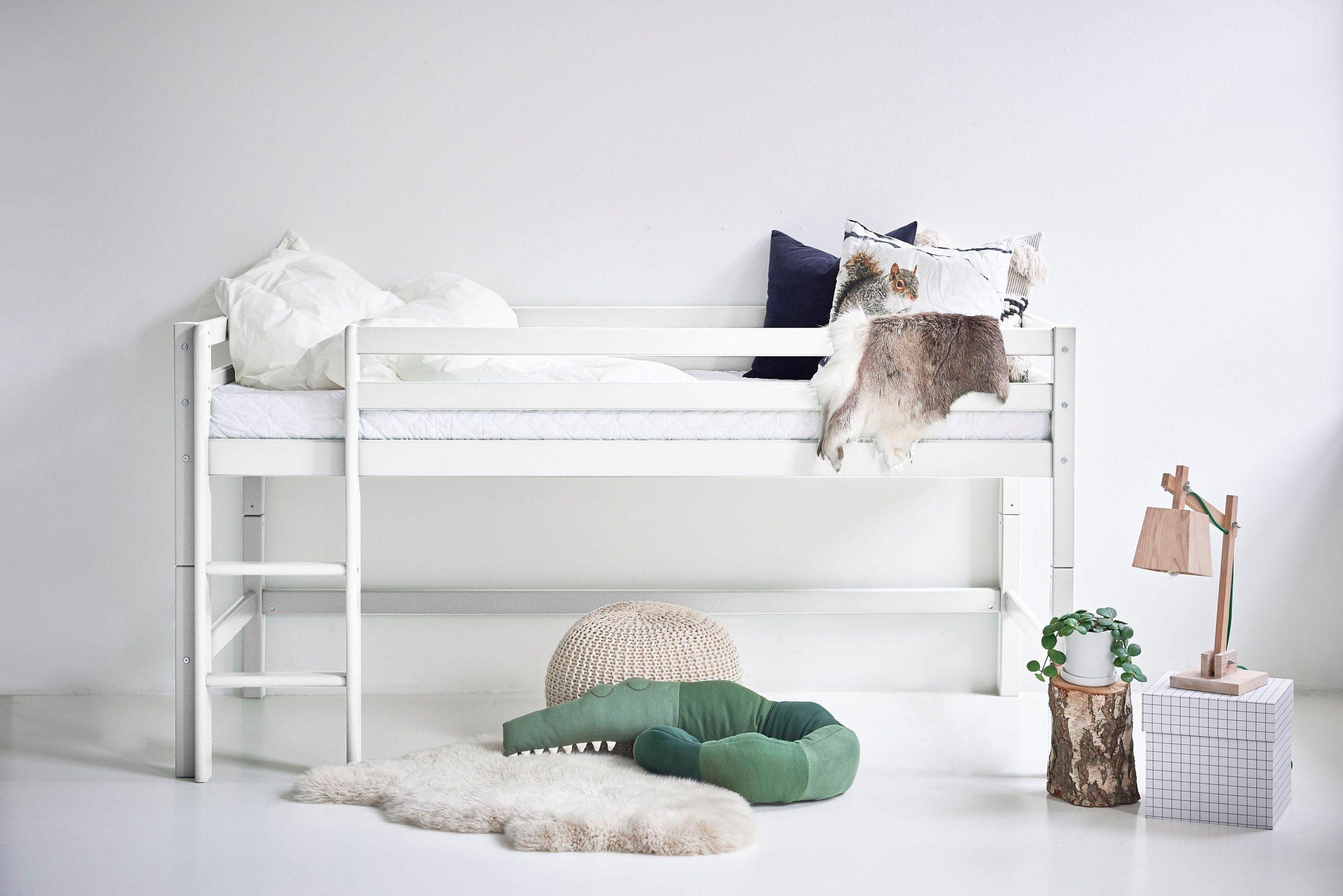 Sosnowe wysokie łóżko dziecięce ze stelażem, skandynawskie