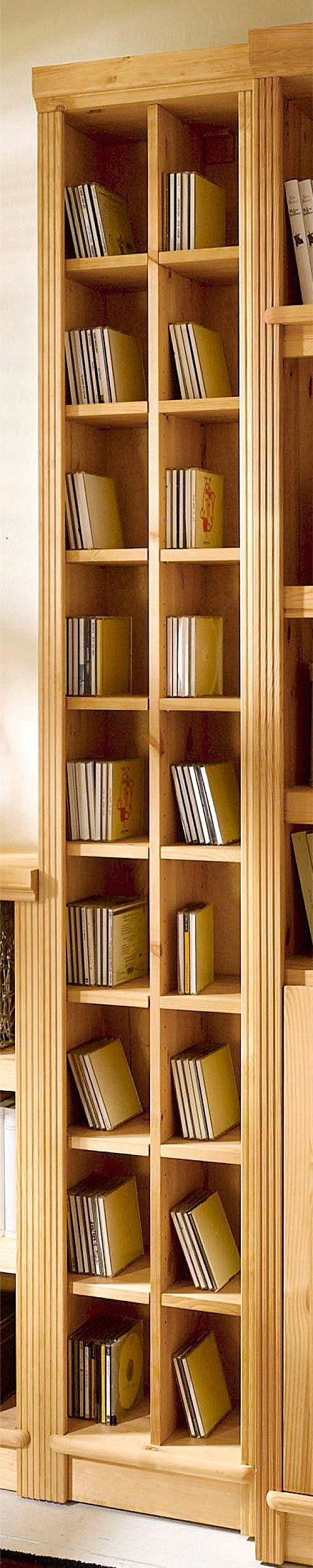 Wysoki sosnowy regał na płyty CD/DVD lub dekoracje
