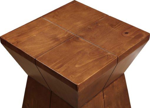 Sosnowy stolik o modernistycznym designie