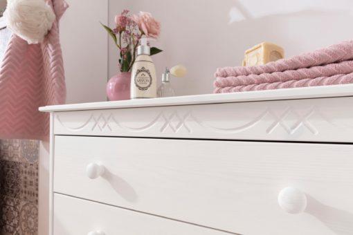 Sosnowa komoda z czterema szufladami i ozdobnym frezem