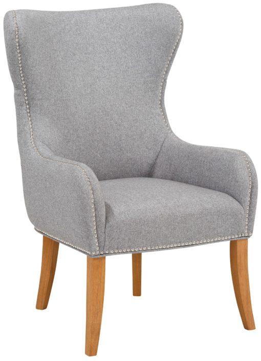 Szary fotel z wysokim pikowanym oparciem i zdobieniami