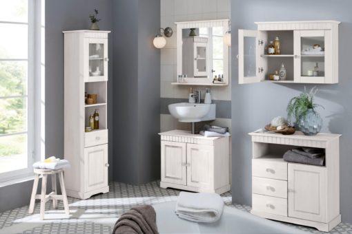 Biała sosnowa komoda w rustykalnym stylu