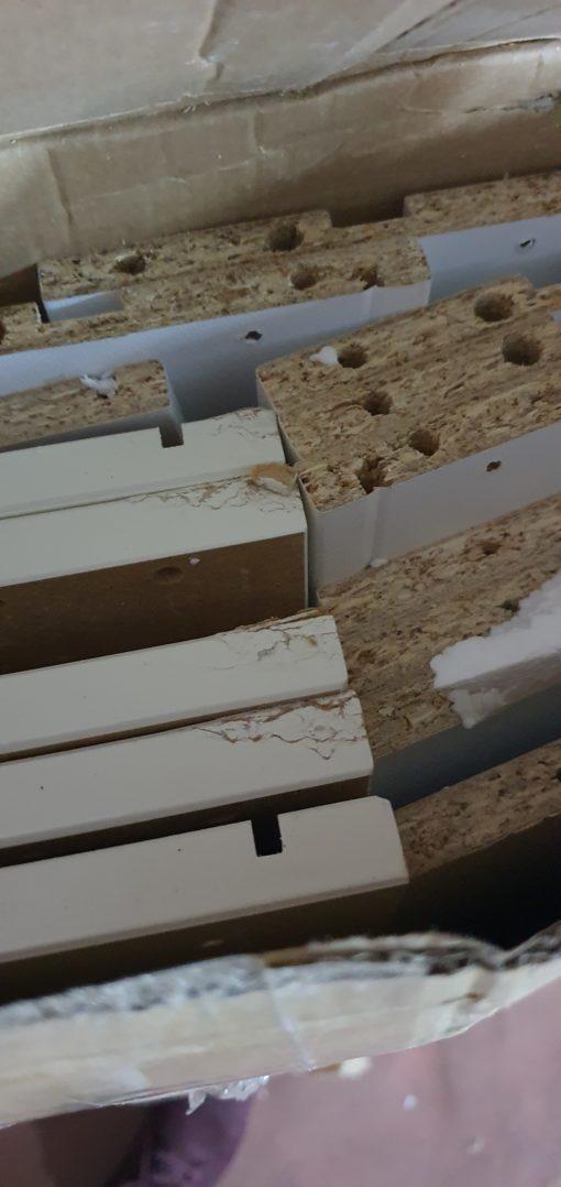 Komoda z licznymi szufladami w stylu retro, biała