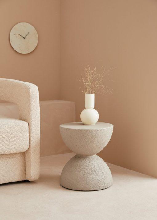 Betonowy stolik w formie klepsydry, nowoczesny