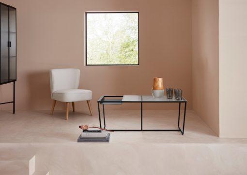 Zgrabny czarny stolik, metalowa rama i szklany blat