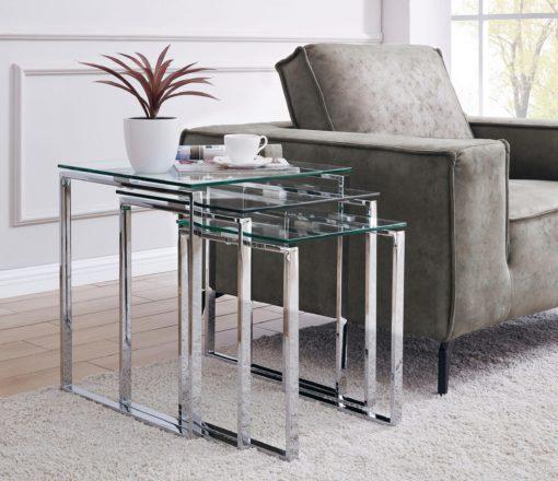 Zestaw trzech eleganckich stolików z chromowaną ramą