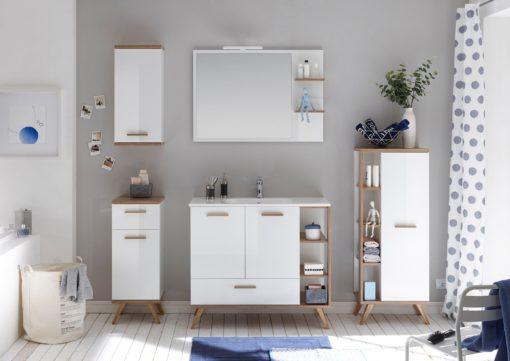 Lustro łazienkowe na białej powierzchni z dwiema półkami
