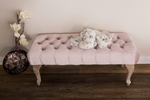 Elegancka ławka tapicerowana w stylu vintage, odcienie różu