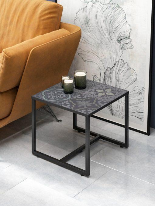 Czarny stolik z metalową ramą i blatem z nadrukiem